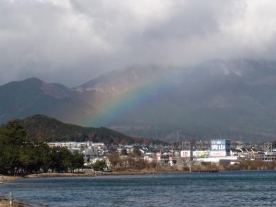 真野浜から眺めた比良山 雨雲が流れて来て虹が架かってます(12月25日11時頃)