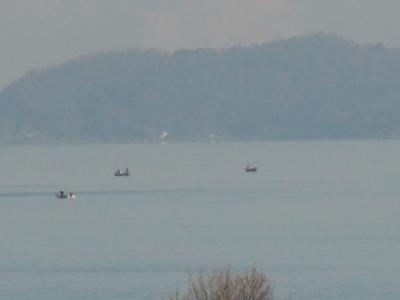 琵琶湖北湖の沖で釣り中のボート(12月27日11時30分)