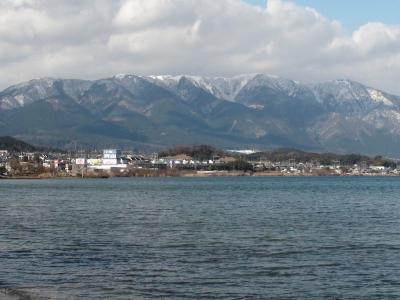 真野浜から眺めた比良山 しばらくぶりに雲が晴れて山頂から山麓まではっきりと見えました(1月2日13時15分頃)