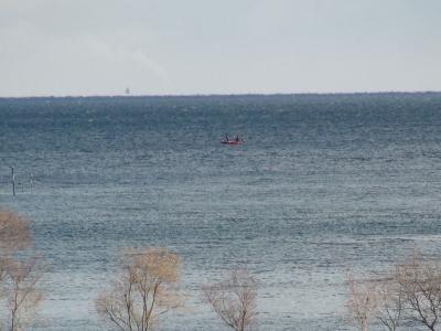 北湖の沖で釣り中のボート。その向こう側は白波が立って荒れてます(1月10日11時頃)