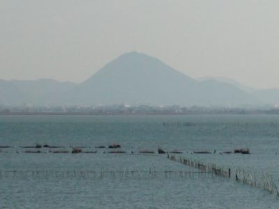 山ノ下湾から眺めた琵琶湖南湖は南寄りの強風で白波立ちまくりの大荒れです(1月13日12時頃)