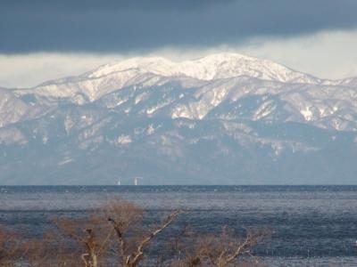 雨上がりの琵琶湖は雪を被った北の山がよく見えました(1月16日15時頃)