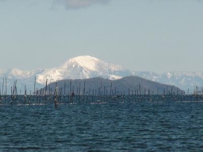 真野浜から眺めた琵琶湖北湖はよく晴れて穏やかないい天気です(1月20日12時頃)