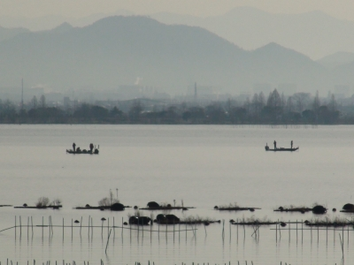 晴天微風の穏やかな琵琶湖南湖で釣り中のボート(1月26日9時30分頃)