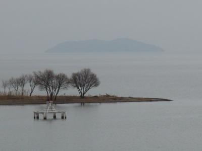 琵琶湖大橋西詰めから眺めた鉾は曇天微風のベタナギ(1月28日13時頃)