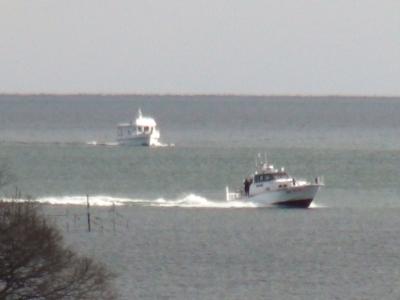 警備艇と観測艇が湖上でランデブー(2月9日10時40分頃)