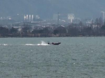 強い南風で白波が立つ琵琶湖南湖を走行中のバスボート(2月10日11時頃)