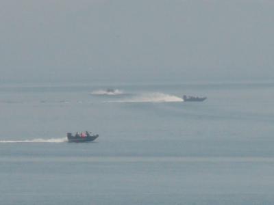 穏やかな琵琶湖北湖をバスボートが行き交ってます(2月14日11時頃)