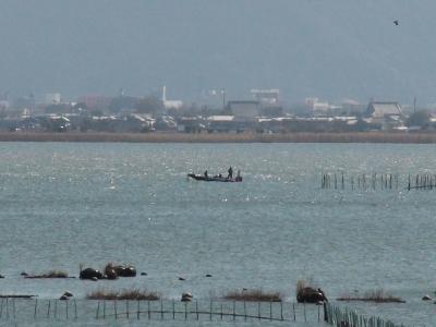 山ノ下湾沖で釣り中のボート 強風の中でがんばってます(3月3日10時30分頃)