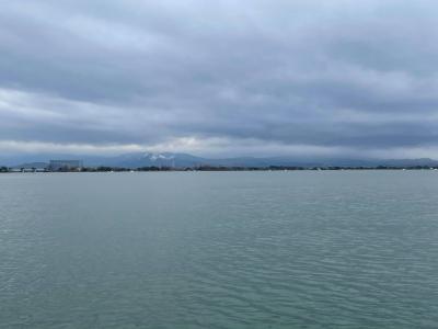 雨の琵琶湖南湖 今日も志那沖で藻刈り中です(3月5日8時頃)