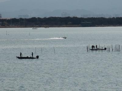 堅田沖で釣り中のボート この頃までは穏やかだったんですが(3月7日11時頃)
