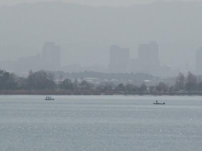 琵琶湖南湖木浜沖で釣り中のボート(3月17日10時50分頃)