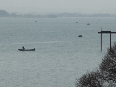 堅田沖で釣り中のボート この頃までは穏やかだったんですが・・・(3月20日11時頃)