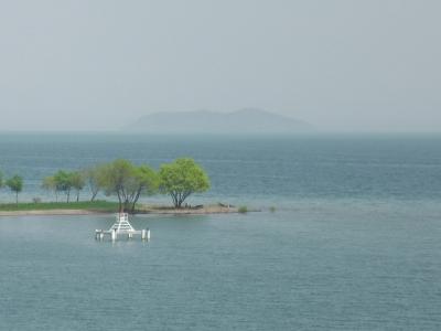 琵琶湖大橋西詰めから眺めた北湖 遠くの景色が激しく霞んでます(4月20日12時15分頃)