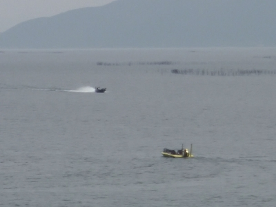 穏やかな琵琶湖北湖を走行中のバスボート(4月23日10時頃)