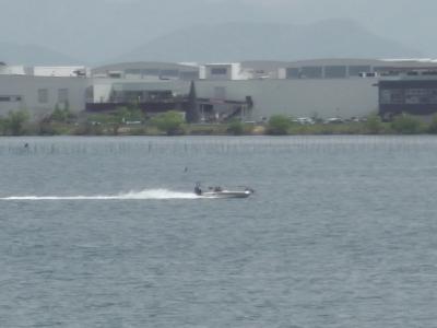 琵琶湖北湖を走行中のバスボート やっと風が弱まっていい天気です(4月27日12時15分頃)