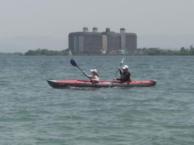 真野浜沖をカヌーがスイスイ。いかにも連休らしい光景ですね(5月4日11時40分頃)