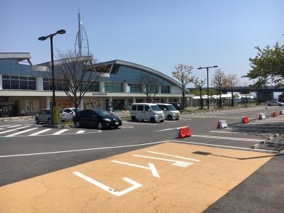 駐車場は閑散 停まってるのは関係者の車でしょうか!?