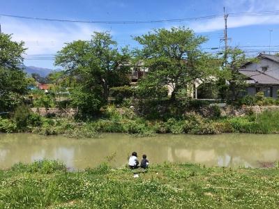 臨時休校中の小学生が川で遊んでます。カメを釣ってるんだそうです