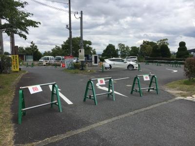 予備駐車場は閉鎖のままで関係車両だけが停まってました