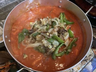 一煮立ちさせたら炒めた野菜を加えてさらに煮込みます
