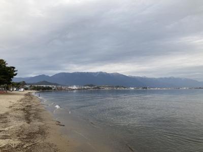 真野浜から眺めた琵琶湖北湖は曇天微風のベタナギです(2月1日13時頃)
