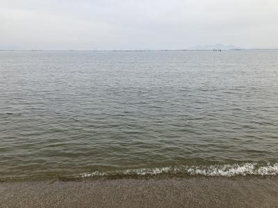 真野浜から眺めた琵琶湖北湖は曇天微風のベタナギです(2月12日12時10分頃)
