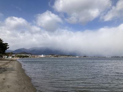 真野浜から眺めた琵琶湖北湖 雪雲が比良山を越えて流れ込んでます(2月18日12時頃)