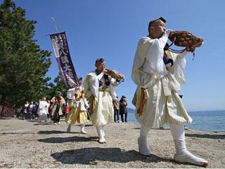 近江舞子湖岸を練り歩く比良八講の修験者や僧侶