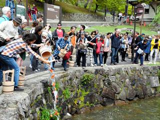 猿沢池で昨年行われた放生会ではキンギョが2000尾放された