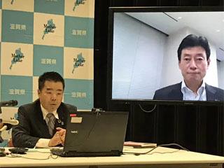 西村経済再生担当相とネット会談する三日月滋賀県知事