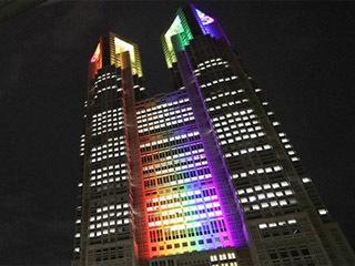 東京アラートが解除されてライトアップがレインボーカラーに変わった都庁舎