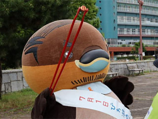 琵琶湖一周ごみ拾い行脚がスタート におの浜のゴミを拾う野洲のおっさんカイツブリ