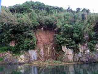 大雨で崩落した竹生島の湖岸
