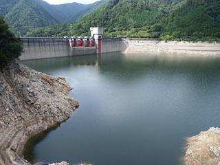 台風シーズンに備えて水位を下げた永源寺ダム