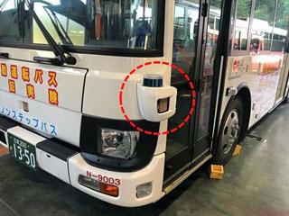 接触事故で傷が付いた自動運転バスのセンサーカバー