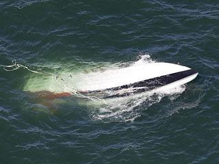 転覆して琵琶湖を漂流するプレジャーボート