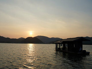 夕日を眺めながら西の湖をゆっくりと進む遊覧船