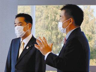 びわ湖ホールで万博担当相と意見交換する三日月滋賀県知事