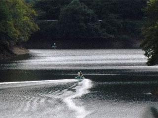 津風呂湖でバスを釣るアングラー