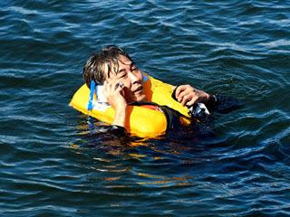 海保によるライフジャケットの有効性の実演