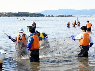 赤野井湾の湖底ゴミ回収