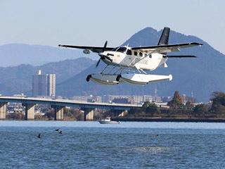 琵琶湖南湖におの浜沖を低空飛行する水上飛行機