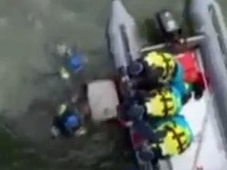 琵琶湖から金庫を引き上げる捜査員ら