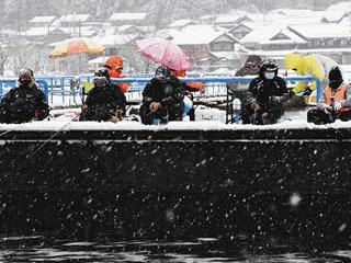 大雪の中で最盛期を迎えた余呉湖のワカサギ釣り