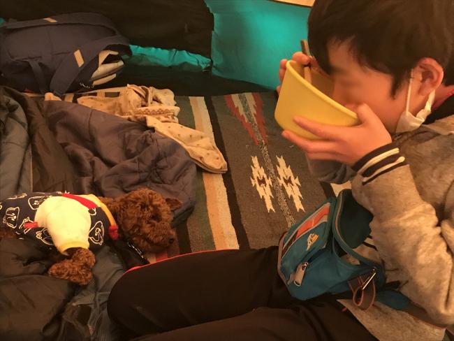 何がなんでもキャンプだし せせらぎ荘キャンプ場 朝メシ ホットドッグ キャンプ 犬連れ ストレージ アイテム ポストジェネラル ジョージズ タープバッグ