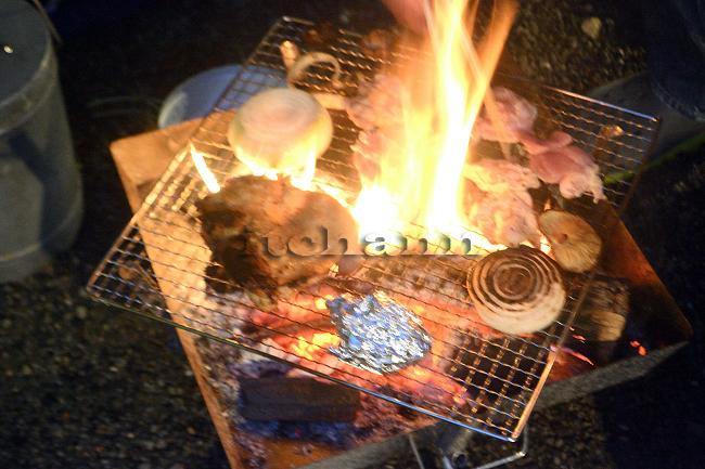 何がなんでもキャンプだし 久保キャンプ場 テンティピ 豪雨 土砂降り 幕内が濡れない 炭火 ステーキ ロースポーク 牛ロース 肉をやわらかくする