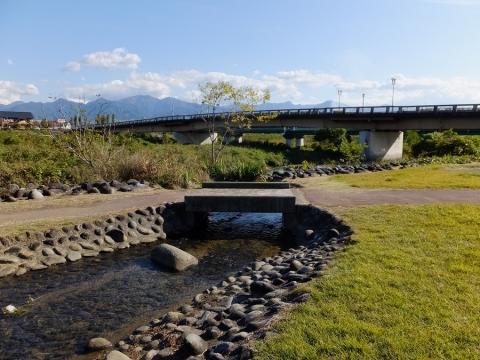 万力林(万力公園)霞堤を流れる小河川