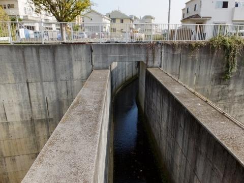 新井川と帷子川分水路の立体交差