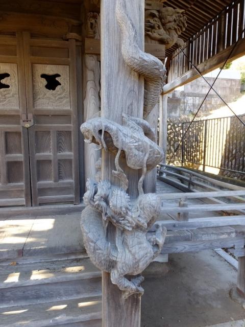 長福寺の文殊堂・一本彫りの下り竜